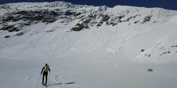 ... Aufstieg im herrlichen Kar direkt zur Hornfeldspitze - und über den rechten steilen Hang auf den Nordgrat ...