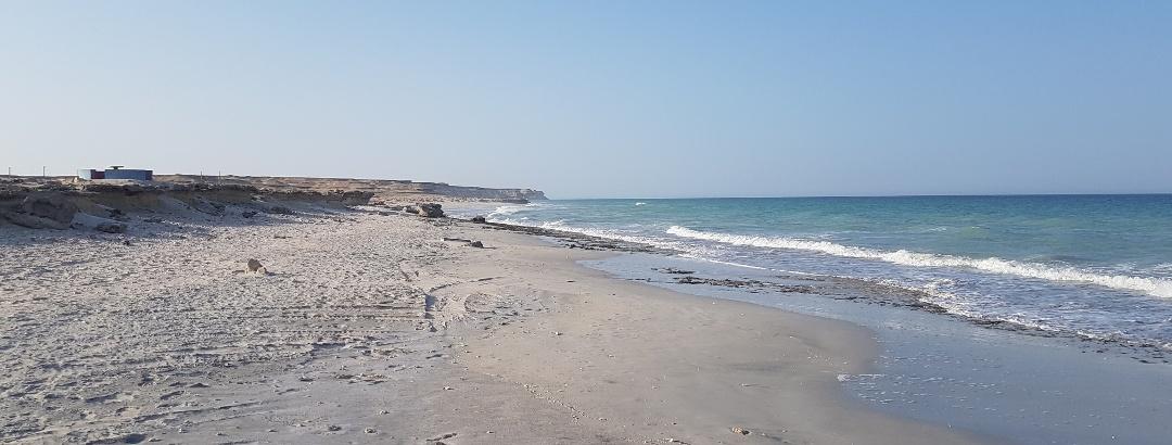 Strand vor dem Crowne Plaza Hotel in Duqm