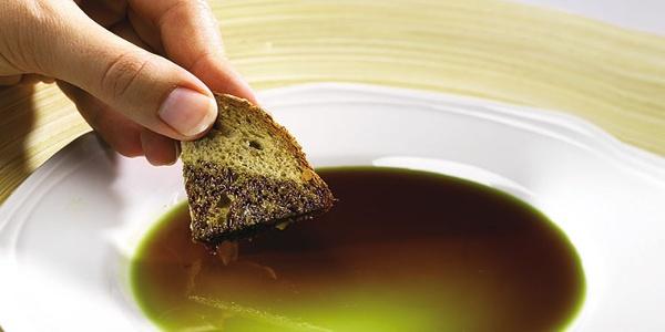 Das schmackhafte Kürbiskernöl wird mit einem Stück Brot verkostet