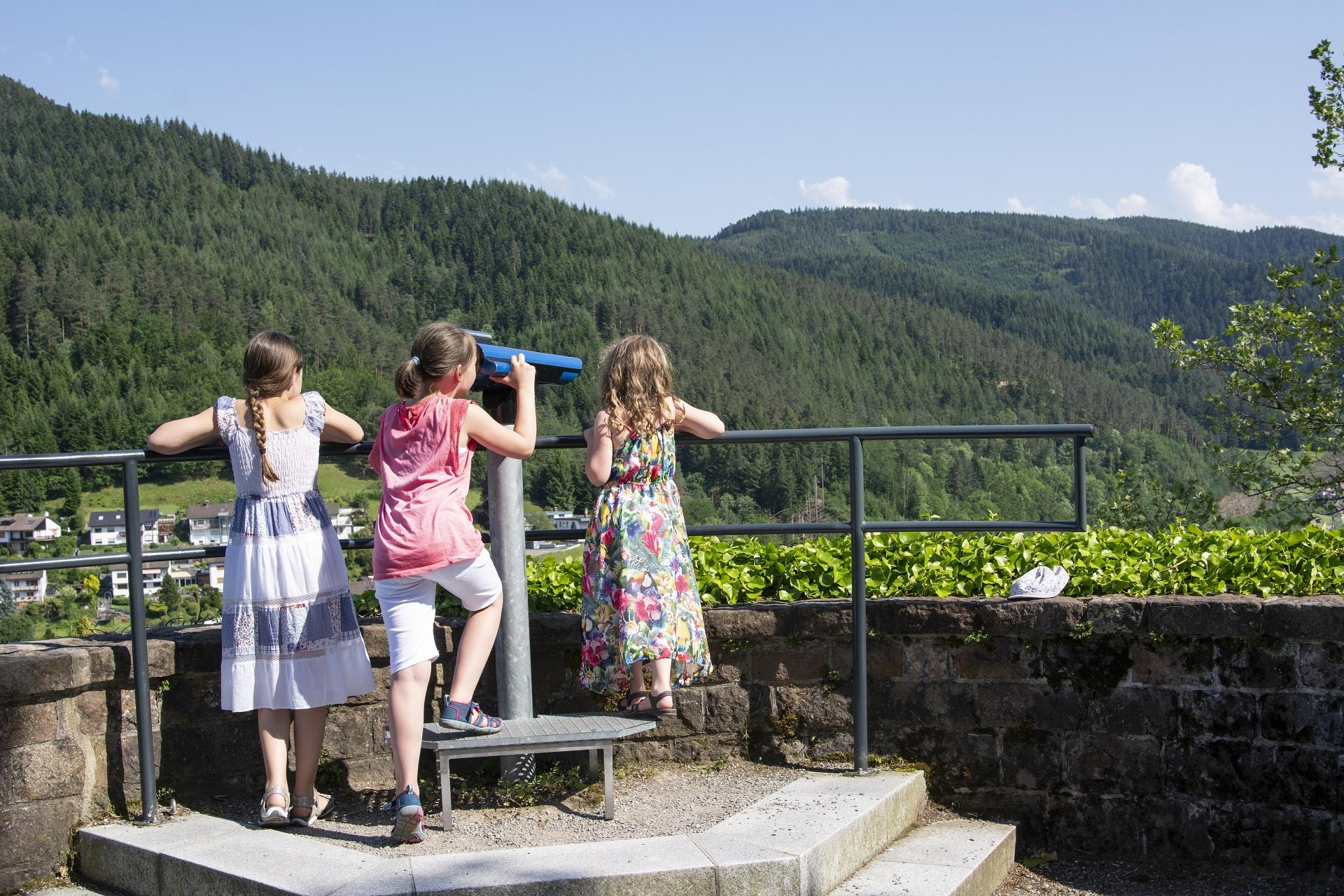 Kinder schauen durch ein Fernroh, Station des Hornberger-Schießen-Weges