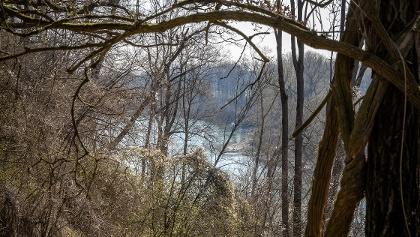Vom Wanderweg über dem Innufer zeigt sich der Fluss dauerhaft im Blick