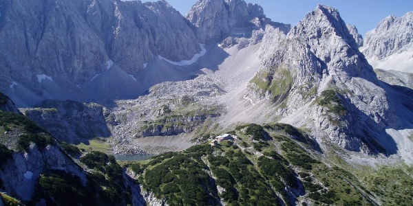 Die Coburger Hütte am Ufer des Drachensees (vom Tajakante-Klettersteig gesehen)