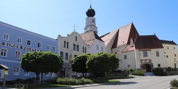 Marktplatz von Kößlarn mit Blick auf die Kirche
