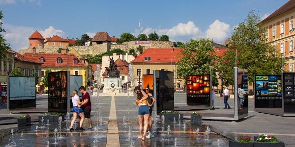 Életkép az egri Dobó István térről