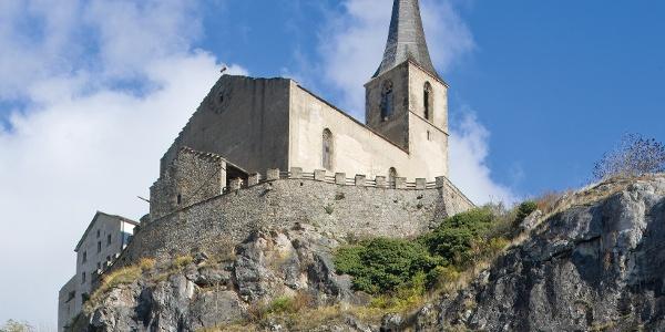 Burgkirche über der Felsenkirche in Raron
