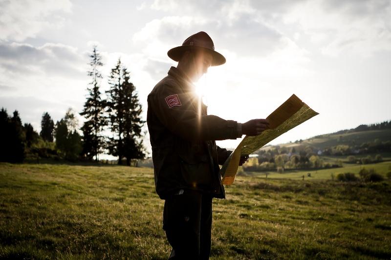 Ranger Matthias Speck kijkt naar zijn wandelkaart
