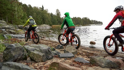 Pyöräilemässä meren rannalla Itä-Helsingissä.