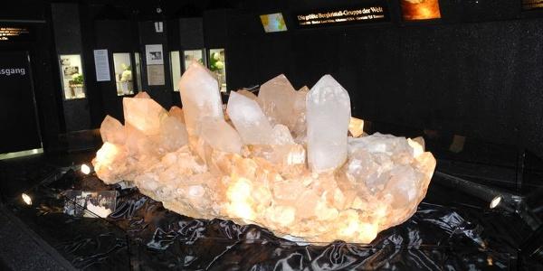 Die größte Bergkristallgruppe der Welt im Kristallmuseum Riedenburg