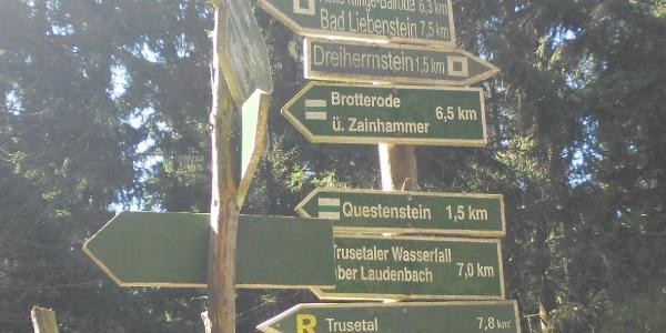 Wegweiser am Staßenübergang zwischen Dreiherrenstein und Rennwegskopf