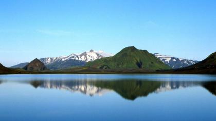 Blick über den Álftavatn bis zum schneebedeckten Tindfjallajökull
