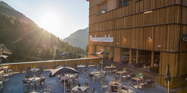 Sonnenterrasse im JUFA Hotel Malbun Alpin-Resort im Sonnenuntergang