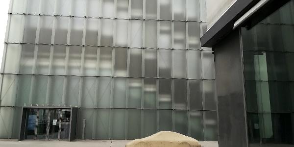Betonporsche von Gottfried Bechtold vor dem Kunsthaus Bregenz