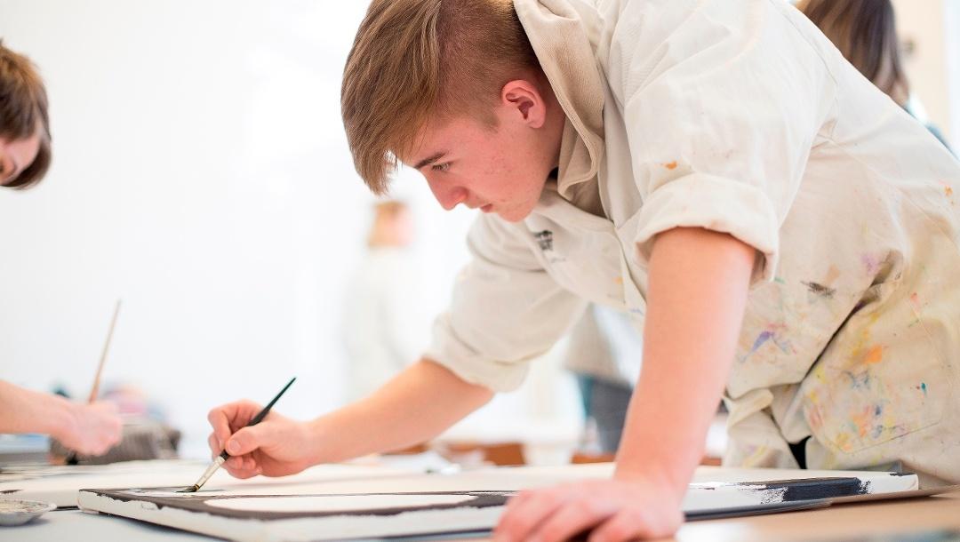 Ein Schüler der 10. Klasse der Mittelschule Amendingen malt im Atelier