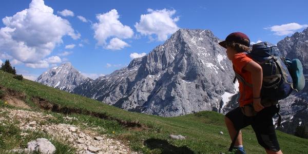 Nach der Feldernalm wird der breite Weg zum Bergsteig