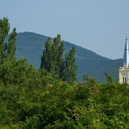 A falu neogótikus temploma a Bükk lejtői alatt