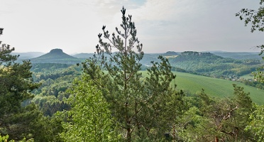 Foto  Blick vom Kleinen Bärenstein zu Lilienstein, Pfaffenstein und Festung Königstein