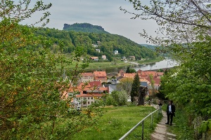 Foto Im Abstieg von der Festung Königstein: Blick auf Königstein und den Lilienstein