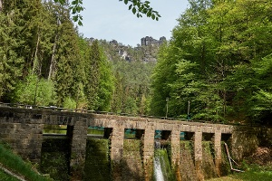 Foto Amselsee-Staumauer, im Hintergrund Kletterfelsen Lokomotiv