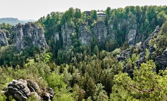Foto Blick zum Berghotel Bastei