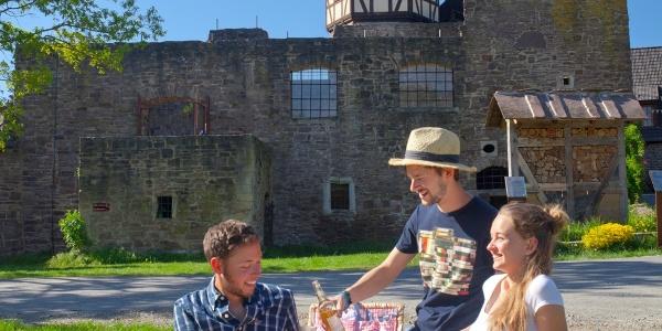Wanderer picknicken am Wasserschloss Wülmersen