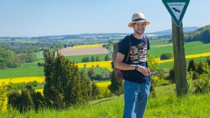 Wanderer am Schutzgebietesschild Dingel-Eberschützer Klippen