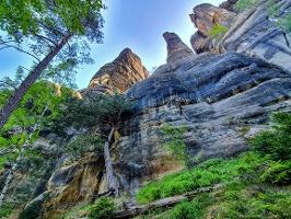 Foto Eindrucksvolle Felsen entlang des Pfades zur Häntzschelstiege