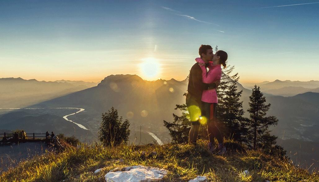 Sonnenaufgang am Pendling, im Hintergrund das Kaisergebirge