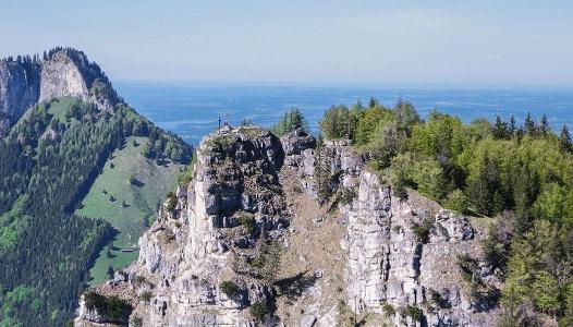 Kranzhorn Gipfel im Vordegrund, dahinter der Heuberg (Bayern)