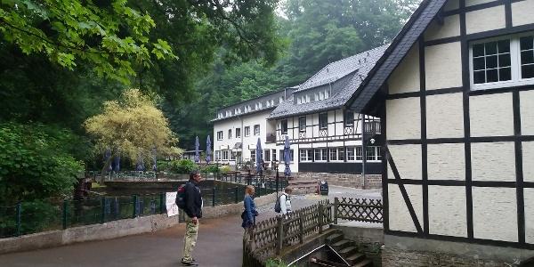 Zugang zum Hotel-Restaurant Forsbacher Mühle.