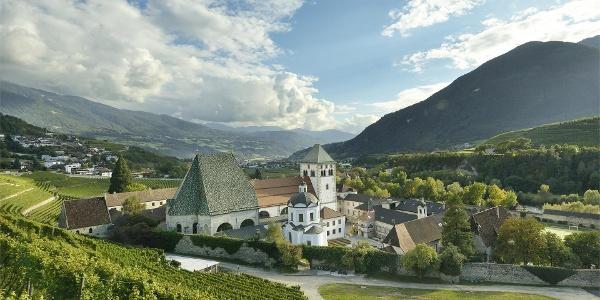 Kloster Neustift mit Weinreben