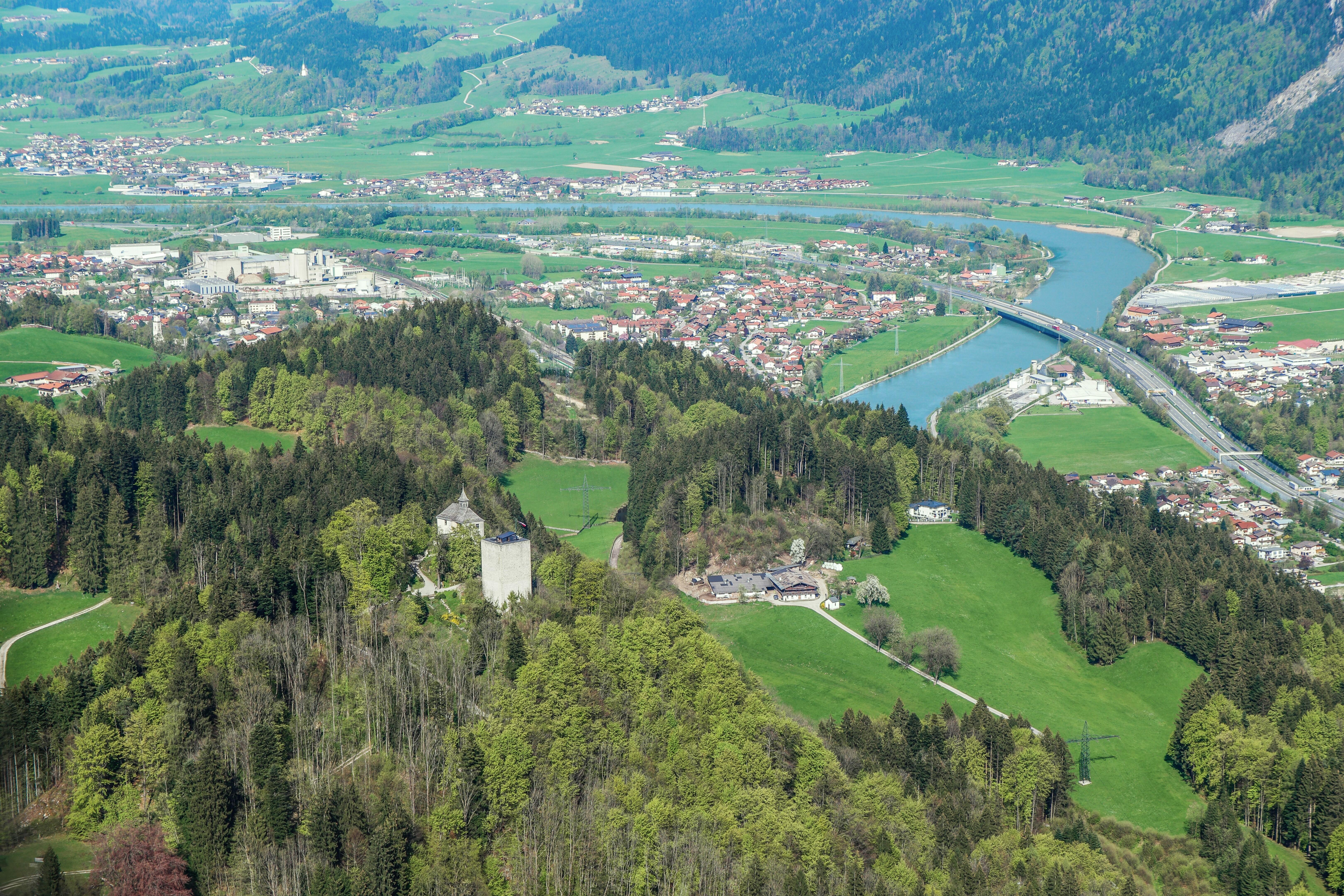 Thierberg Kapelle und Aussichtsturm, im Hintergrund Kiefersfelden