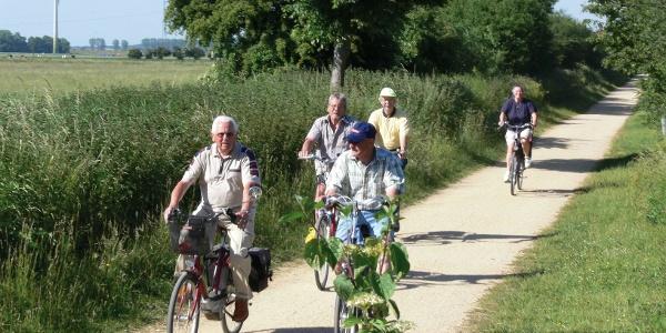 Radfahrer auf dem ehemaligen Bahndamm nach Griethausen