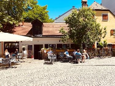 Wiener Platz mit dörflicher Atmosphäre