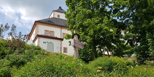 Schlossrundweg_zwischen Parkplatz und Kurfürstin-Anna-Garten