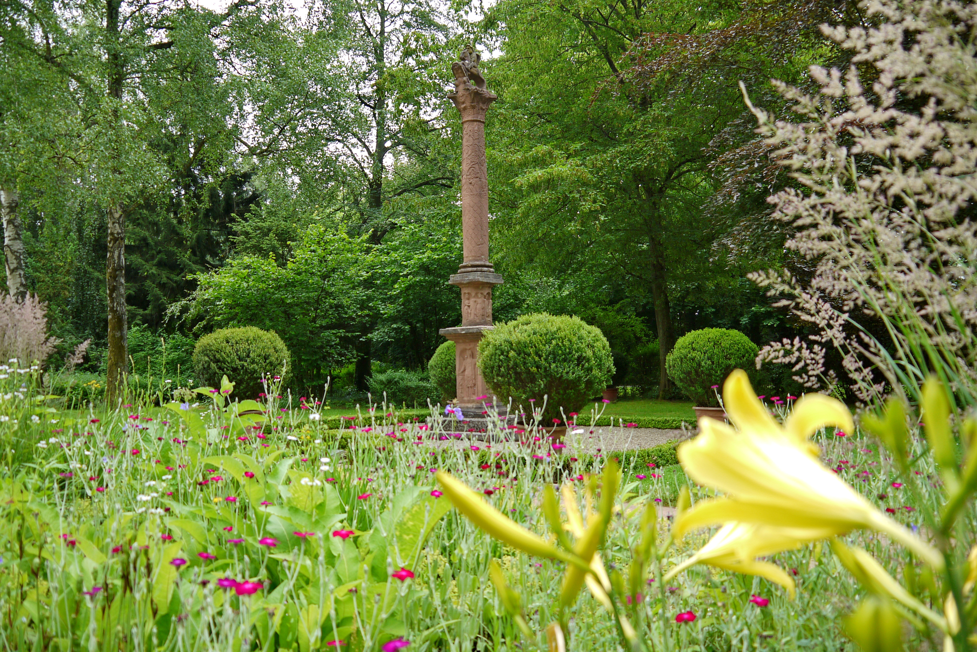 Säule im Blumengarten Bexbach