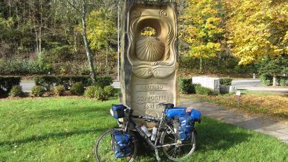 Jakobswegstatue an der Sauer (Okt. 2012)
