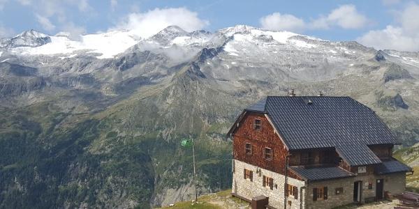 Die Kattowitzer Hütte mit Blick auf die Hochalmspitze