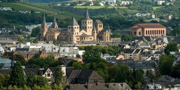 Blick vom Moselsteig auf Trier, den Dom und die Konstantin-Basilika