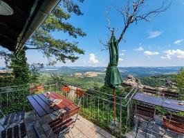 Foto Die Aussichtsterrasse der Bergwirtschaft auf dem Papststein
