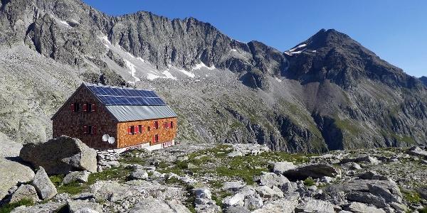 Die Barmer Hütte; re. das Rosshorn, oberhalb der Hütte ein Teil der Patscher Schneid