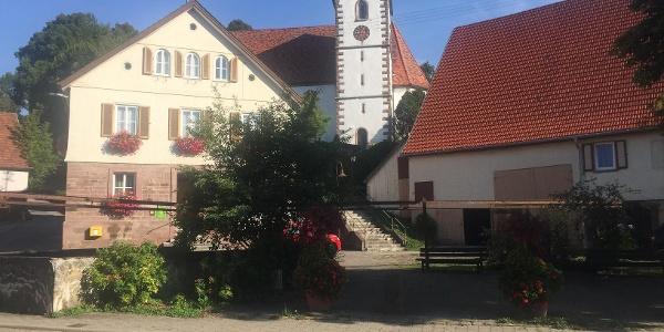 Dorfplatz Grüntal mit Rathaus und Johanneskirche