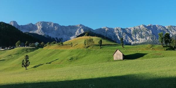 Blick vom westlichen Ortskern von Zell-Pfarre zum Koschutamassiv (Koschutnikturm (li.), zur Breitwand, zum Lärchenberg/-turm und zur Windhöhe) - Nordansicht