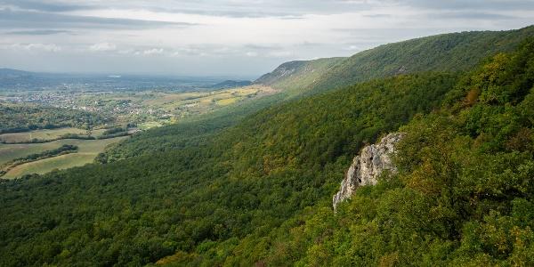 A Pilis nyílegyenes oldala a Kémény-szikláról