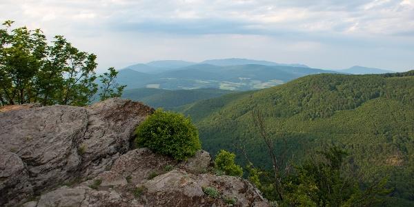 Az Amadé-vár természetes kilátója; szemben a Milic tömbje magasodik