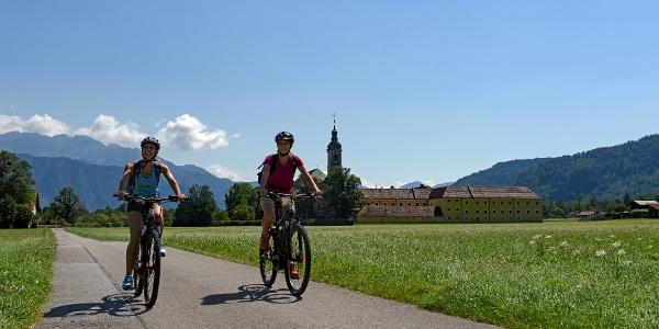 Radfahren rund um Oberaudorf mit Blick auf das Kloster Reisach