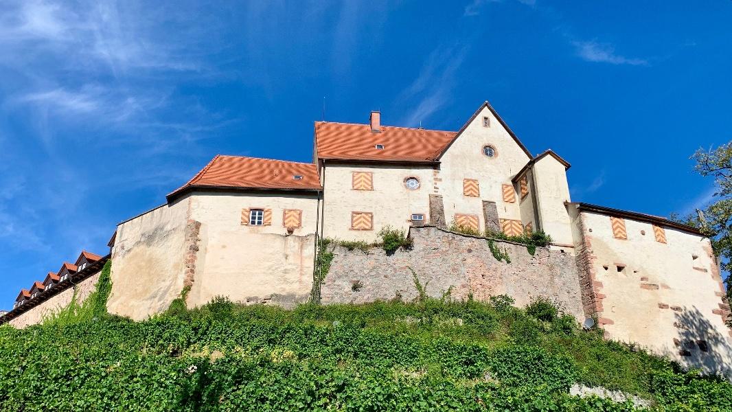 Über den Burgweg zum Schloss Staufenberg