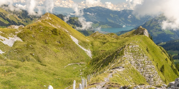 Schmaler Wanderweg über den Arvigrat