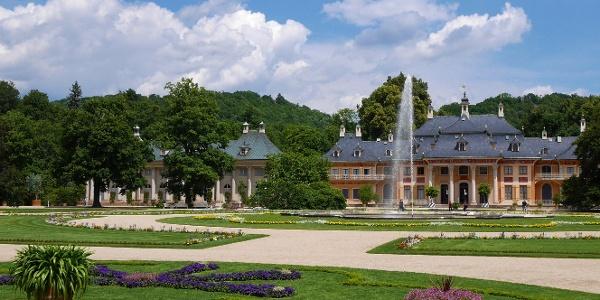 Pillnitzer Lustgarten mit Fontäne und Bergpalais