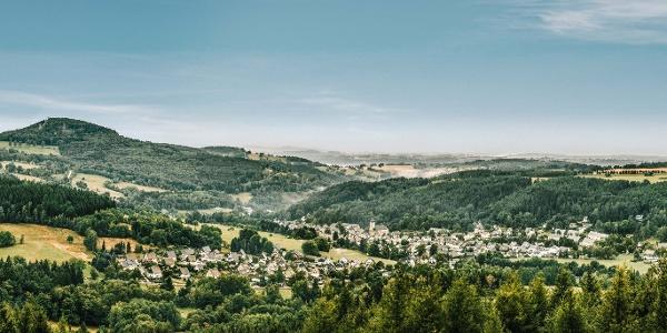 Blick von oben auf Geising und den Geisingberg