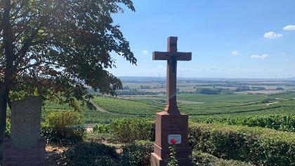 Zornheimer Ruhekreuz mit Blick ins Selztal